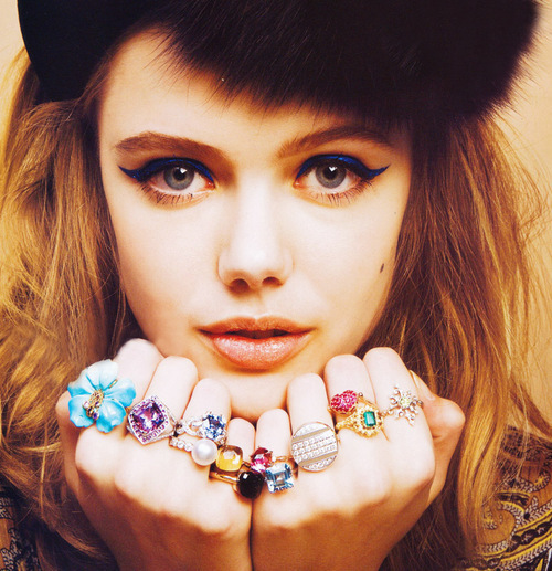 Blonde-cat-eyes-fashion-model-rings-favim