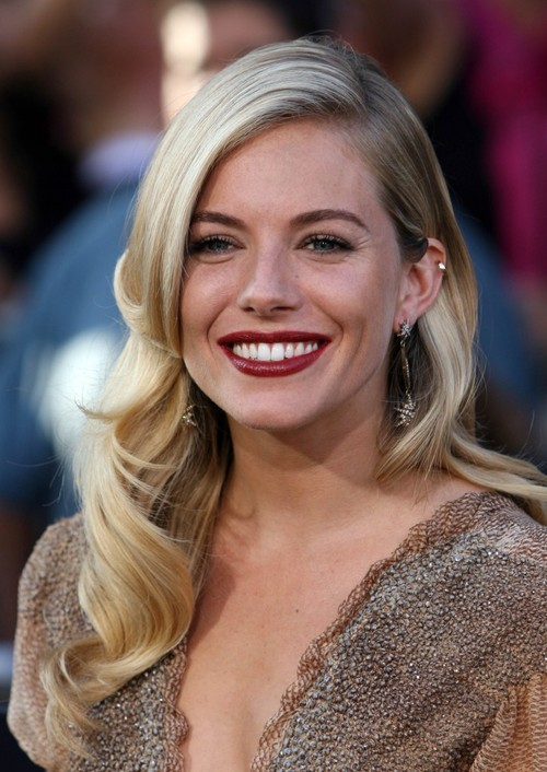 Sienna-miller-long-blonde-hairstyle-august-09-725x1024